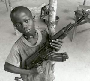 bambino con il fucile