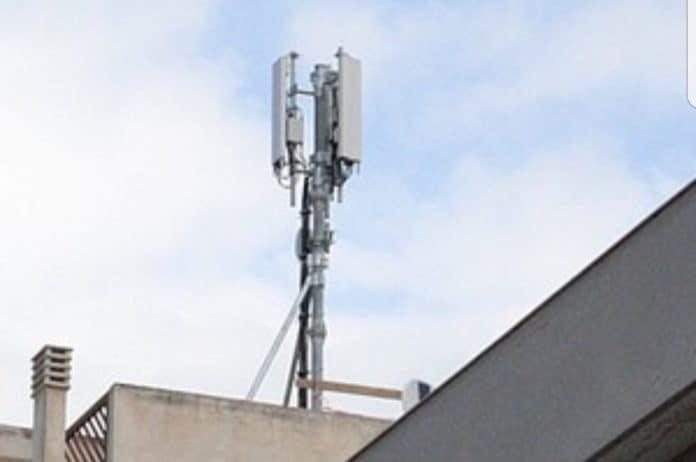 antenna telefonica di fronte al Castello