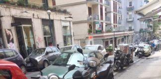 motocicli parcheggiati sui marciapiedi