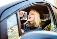 cantare mentre si guida