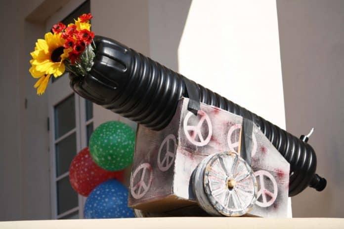 MR_0009_Mettiamo dei fiori nei nostri cannoni…