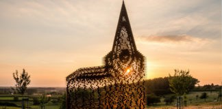 Chiesa che scompare al tramonto