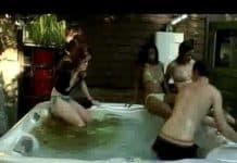 cagare nella piscina