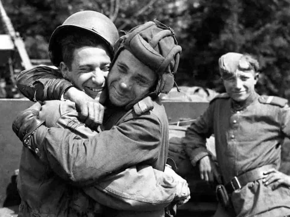 Soldati americani e russi si abbracciano per la fine della guerra (copertina)
